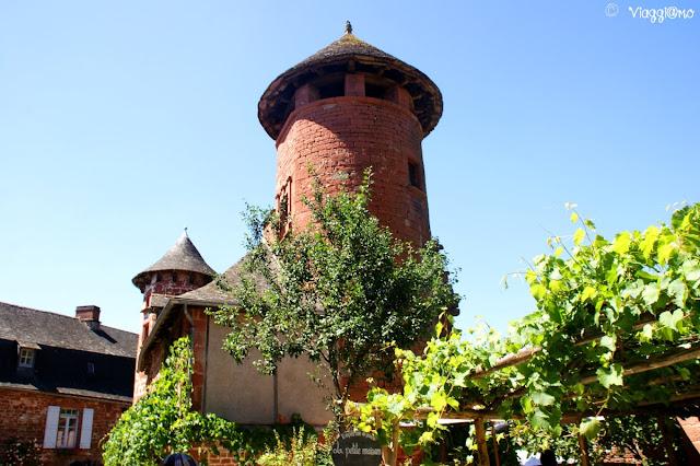 Una delle torri dei tanti edifici di Collonges la Rouge