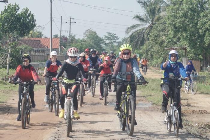 Kornelia Umar Bersepeda Kunjungi Sekolah-Sekolah di Way Kenanga .