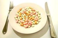 Piatto pieno di farmaci per la pressione alta che fanno perdere minerali e vitamine