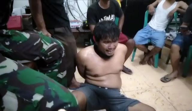 Pelaku saat diamankan di kantor Desa Kebonagung