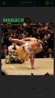 на тотеме выступает борец сумо