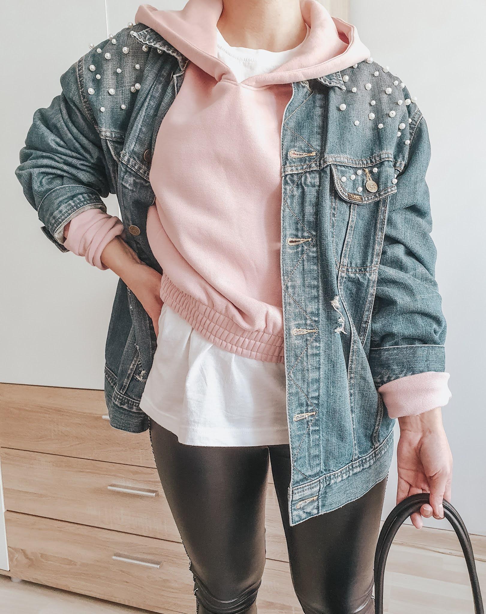 Jak nosić kurtkę jeansową? Cztery sposoby na modne stylizacje.