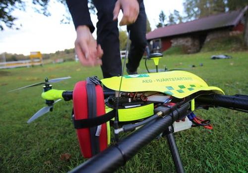 www.Tinuku.com FlyPulse defibrillator's ambulance reaches heart attack