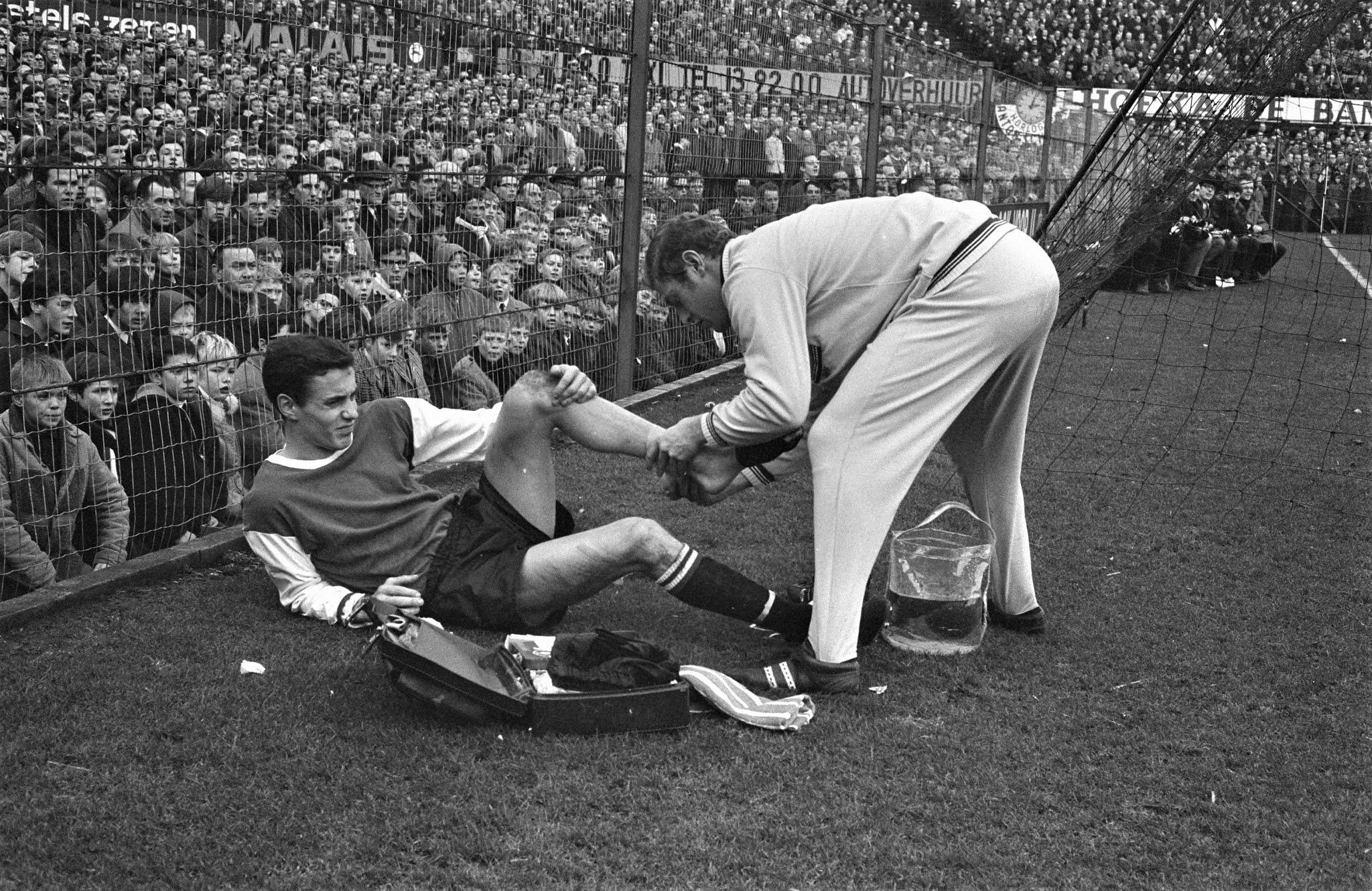 Ove Kindvall (Feyenoord) wordt langs de lijn verzorgd door Gerard Meijer