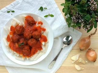 Těstoviny s masovými kuličkami a omáčkou z grilovaných paprik