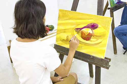 横浜美術学院の中学生教室 美術クラブ 「夏休み美術教室。」アクリル絵の具課題の制作風景