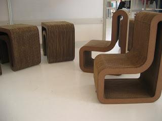 Reciclando cartón para hacer sillones.