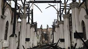 A igreja católica de Zhejiang, província de Wenzhou, demolida pelo regime. No fundo grande quadro estragado do Sagrado Coração de Jesus