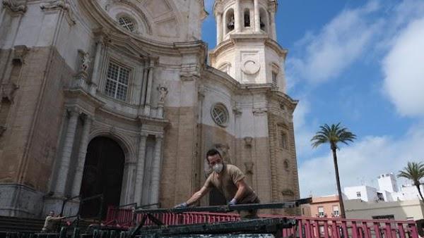 Desmontan las estructuras de los palcos de Semana Santa de Cádiz