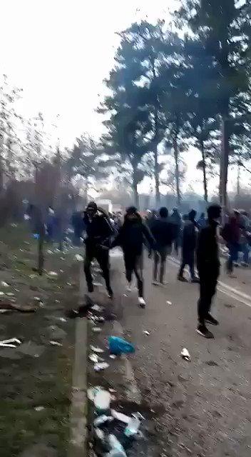 Τούρκοι στρατιώτες πυροβολούν στον αέρα για να σπρώξουν το πλήθος στα σύνορα.