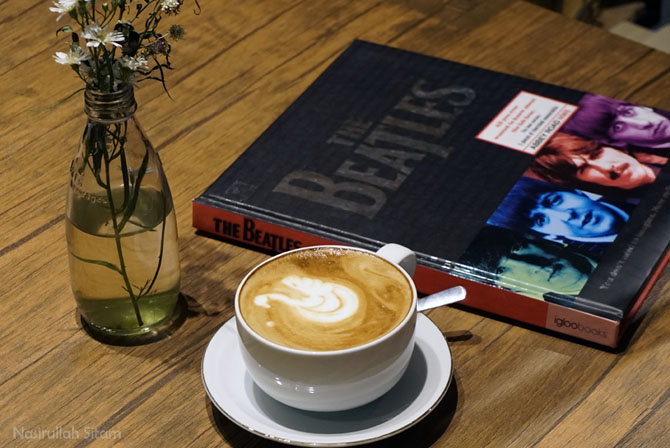kopi dan buku di Medpresso Coffee and Garden Jogja