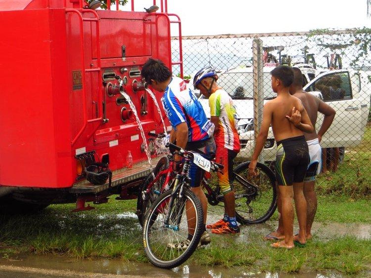 моют велосипеды после гонки