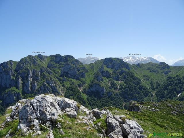 Vista desde el Cabeza Vigueras hacia el Macizo Vista desde el Cabeza Vigueras hacia el Macizo Central de Picos de EuropaVista desde el Cabeza Vigueras hacia el Macizo Central de Picos de EuropaVista desde el Cabeza Vigueras hacia el Macizo Oriental de Picos de EuropaCentral de Picos de Europa