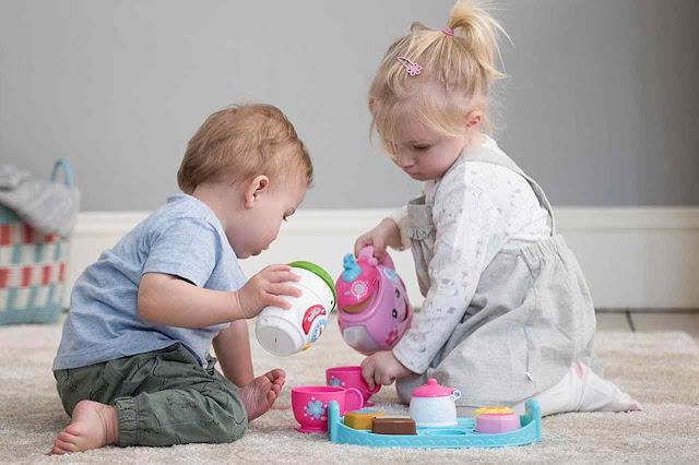O melhor brinquedo para uma criança de poucos anos é outra criança: é feliz, curioso e criativo