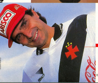 Foto de Nelson Piquet com a camisa do Vasco.