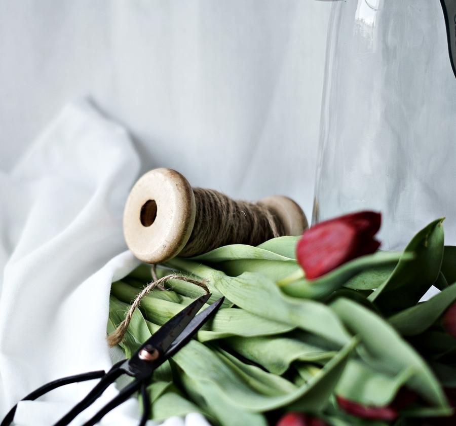 Blog + Fotografie by it's me! - Wohnen - Garnspule, alte Schere, rote Tulpen