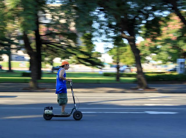 Chico en monopatin motorizado