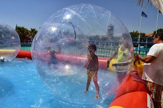 Izan y Joel en las Water Balls.
