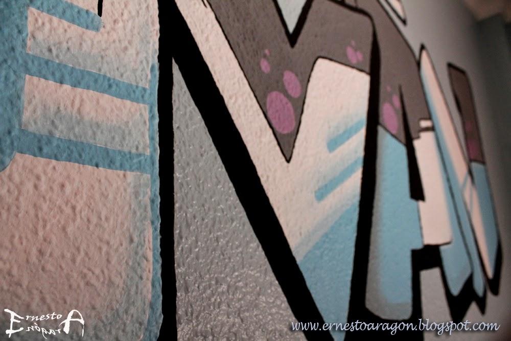 Letras graffiti sobre gotelé