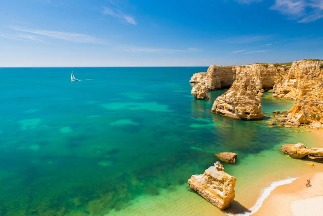 Praia da Marina (região do Algarve)