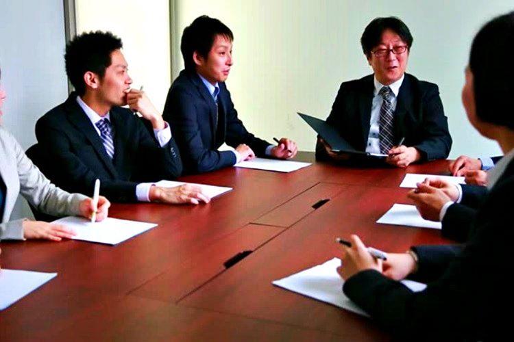 Japonya'da haftalık ortalama 40 saat çalışılmaktadır, fakat birçok Japon mesaiye kalarak 60 saat çalışmaktadır.