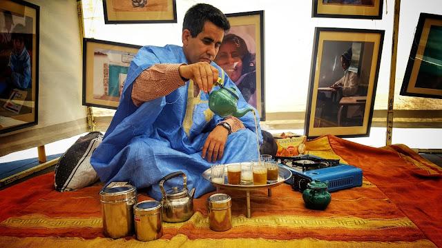 Un saharaui hace te en una pequeña haima durante la fiesta