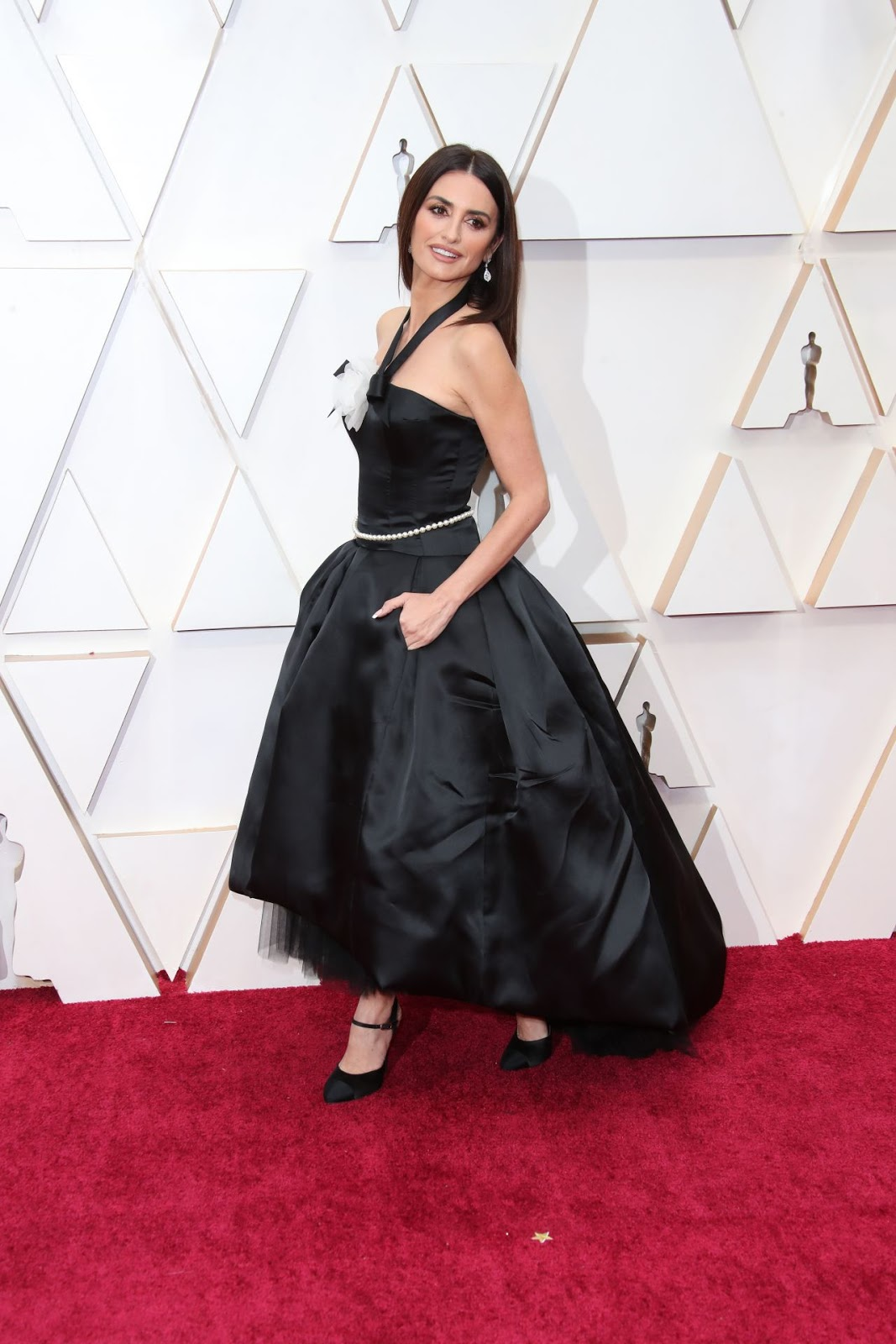 Penélope Cruz Makes Glamorous Red Carpet Entrance in Chanel at 2020 Oscars