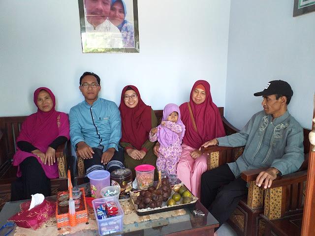 foto-keluarga-di-ruang-tamu