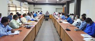 कलेक्टर श्री रत्नाकर झा ने  कलेक्ट्रेक्ट सभाकक्ष में समय-सीमा की बैठक