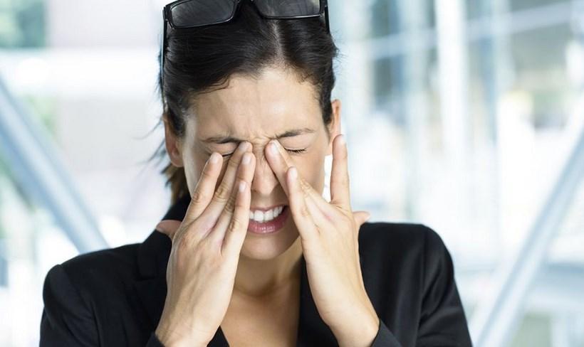 jangan menggosok mata karena dapat menyebakan mata buta