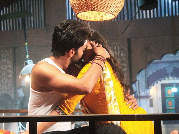 Atharva and Vividha Hot Kiss in Jana Na Dil Se Door