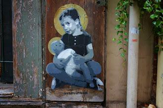 Sunday Street Art : Ender - Fillette à la poupée - rue des Cascades - Paris 20
