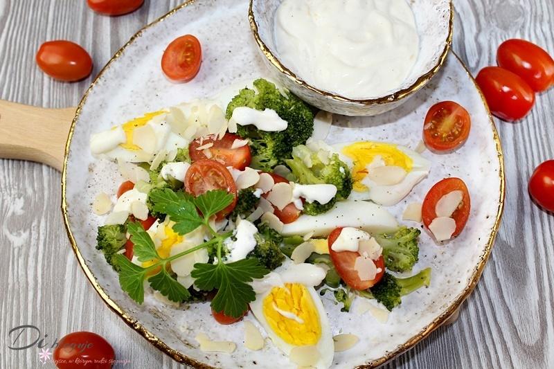Sałatka z brokułem i dressingiem jogurtowo-czosnkowym