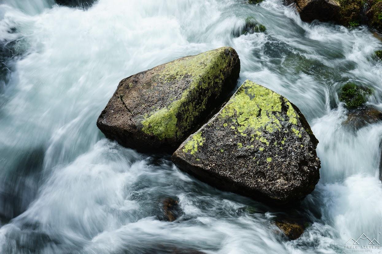 Rochas no rio
