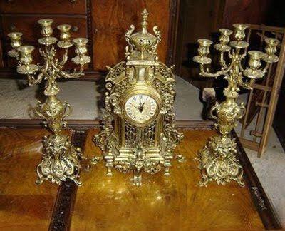 Piezas de bronce: dos candelabros y un reloj de bronce antiguo