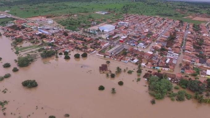 Barragem transborda, invade cidades na Bahia e deixa desalojados