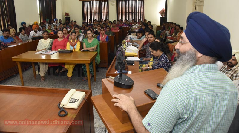 Dr. Sarabjeet Singh addressing in seminar 'UTSHAH' at GHG Khalsa College