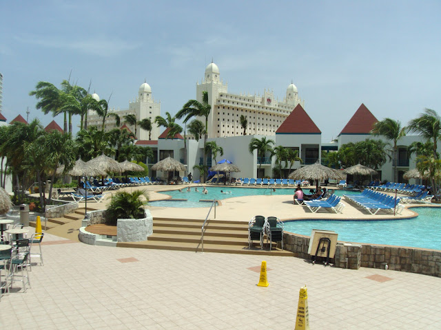 Vista da piscina do Mill Resort, ao fundo o Riu Palace, Aruba