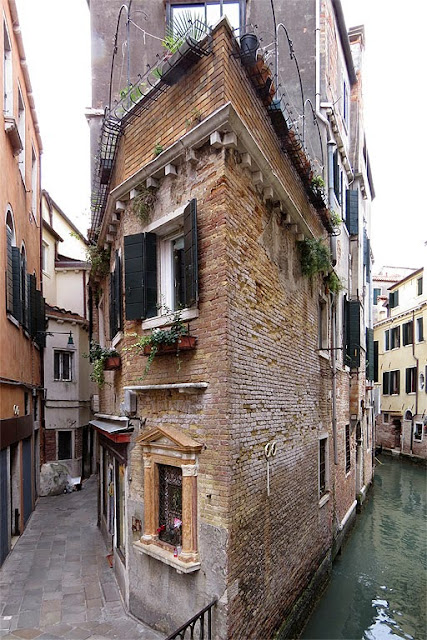 Building between Calle San Provolo and Rio di San Provolo, Castello, Venice