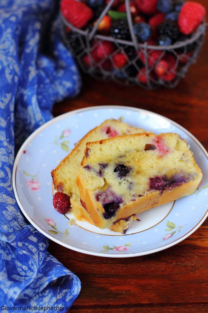Cake ai frutti di bosco con crema allo yogurt, frutti di bosco, vaniglia e timo