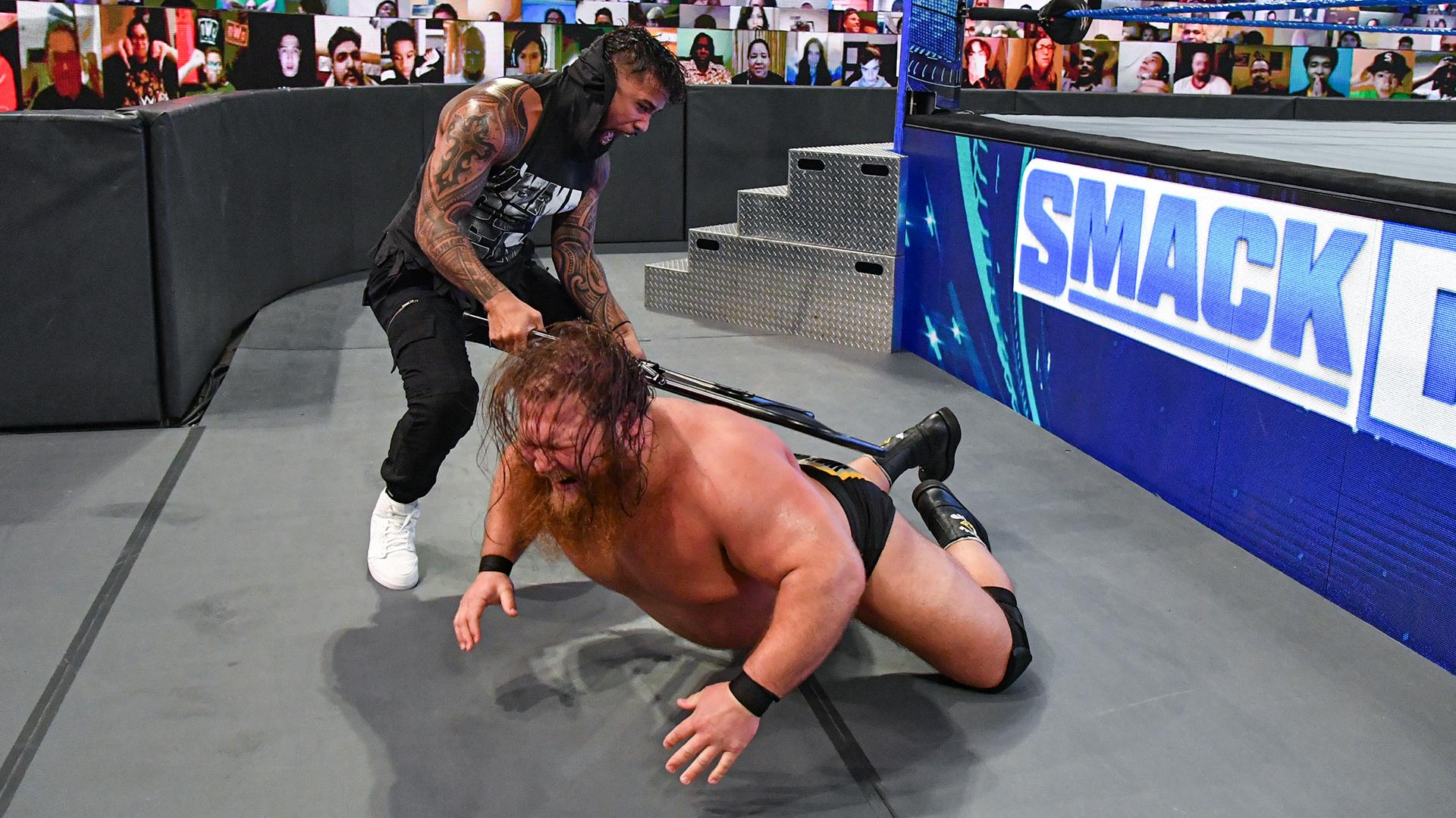 WWE confirma que Otis sofreu múltiplas lesões após ataque brutal de Jey Uso