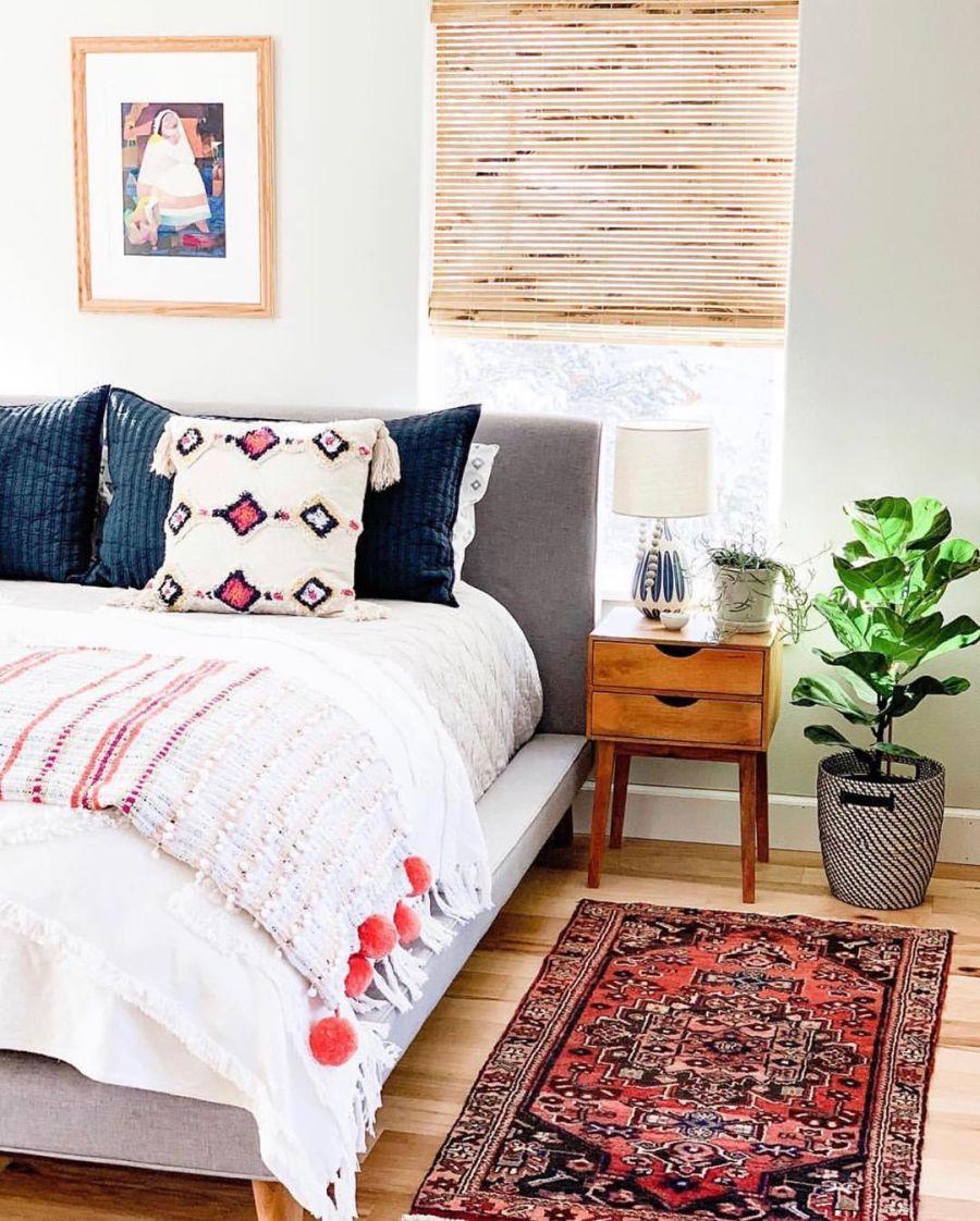 Dom wypełniony światłem, wystrój wnętrz, wnętrza, urządzanie domu, dekoracje wnętrz, aranżacja wnętrz, inspiracje wnętrz,interior design , dom i wnętrze, aranżacja mieszkania, modne wnętrza, home decor, styl klasyczny classy style, styl Hamptons, open space, otwarta przestrzeń, otwarty plan, sypialnia, bedroom, łóżko, szafka nocna, bed,