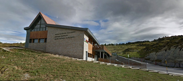 El Centro de Montaña Valle Roncal (Larra-Belagua), en la carretera de Isaba a Francia
