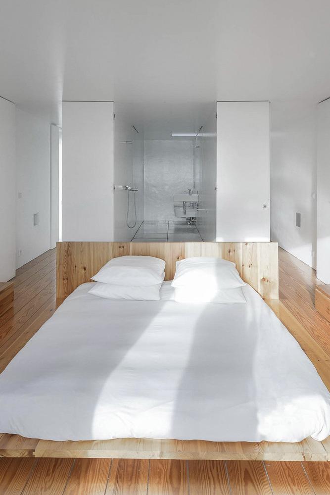 Dormitorio y cuarto de baño minimalista
