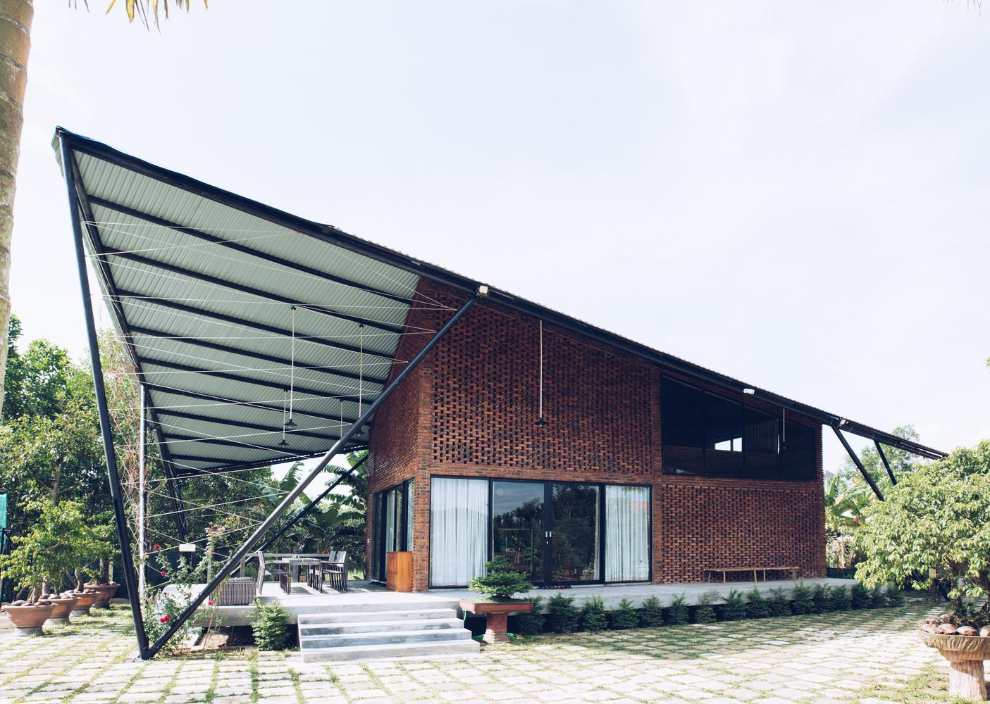 Nhà cấp 4 gác lửng mái cánh diều gợi kí ức tuổi thơ và tránh gió bão của vợ chồng Đà Nẵng