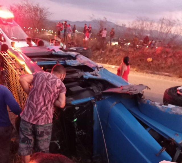 Mulher morre e outras cinco pessoas ficam feridas em acidente entre Gol e Toyota na BR-104, em Toritama