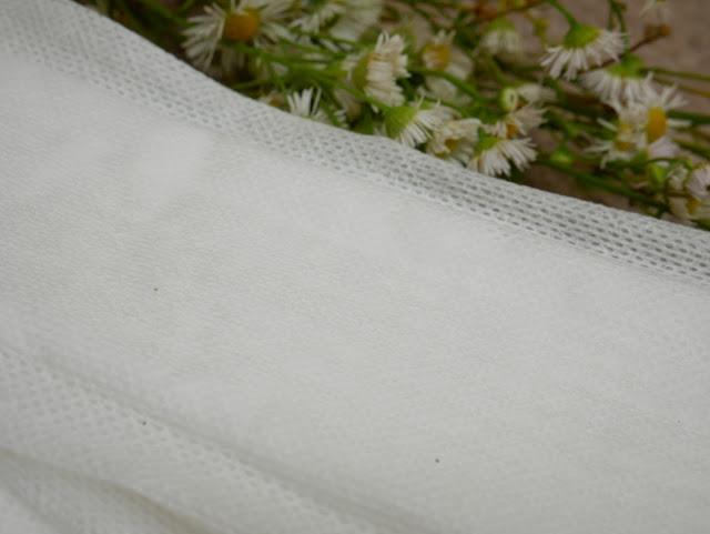 Podpaska jest lekka i przewiewna, co widać po małych otworachmiędzy nićmi bawełny