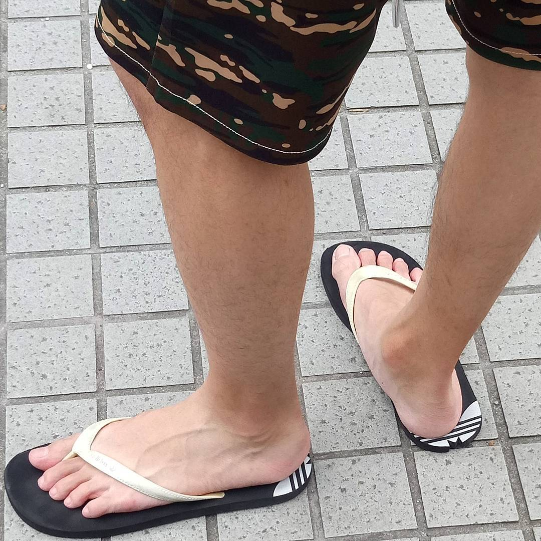 Barefoot Men Feet And Flip Flops And Feet And Flip Flops -9929