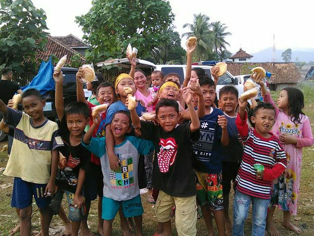 pembagian roti kepada anak-anak korban banjir
