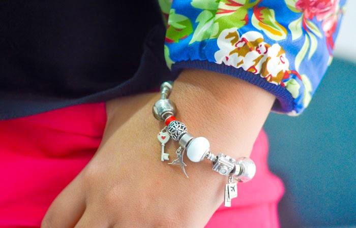 df174922ad6 A PANDORA aposta em um novo bracelete feito de prata e repleto de charms. O  diferencial esta nos separadores de murano. Lindo não.